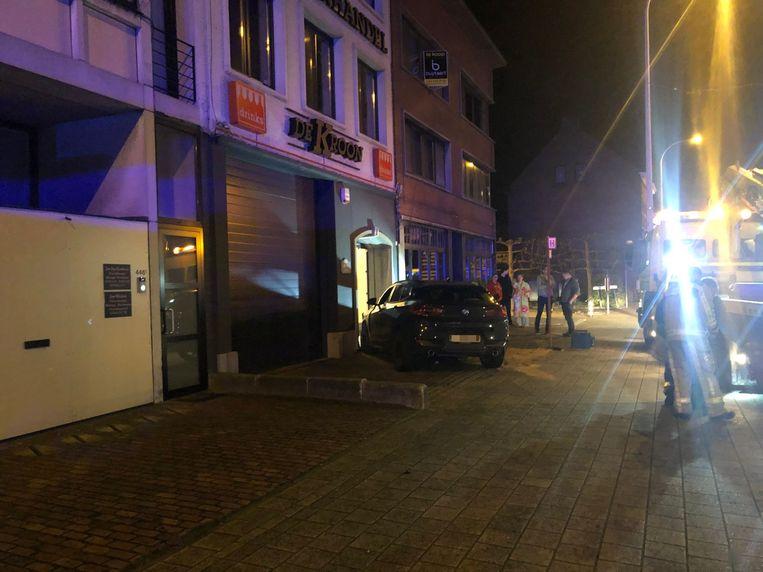 Een wagen belandde na een aanrijding met een ander voertuig tegen een voordeur op de Herentalsebaan in Wijnegem.