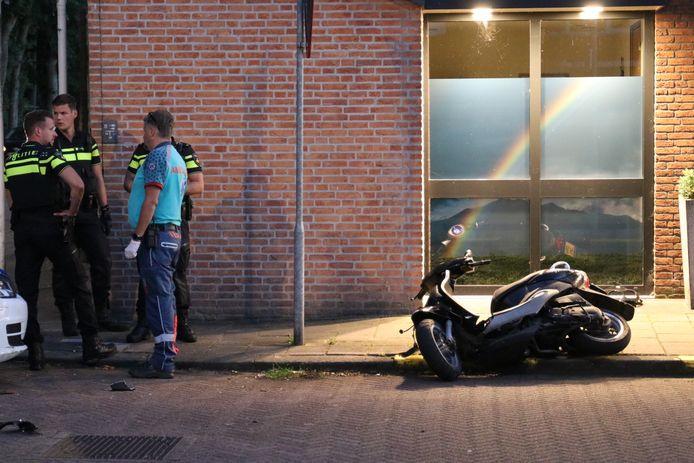 Agenten bij de scooter.