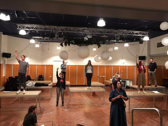Internos speelt de voorstelling Bloedrozen, hier tijdens een repetitie, letterlijk op 1,5 meter van elkaar. De thriller is speciaal op de coronatijd geschreven.