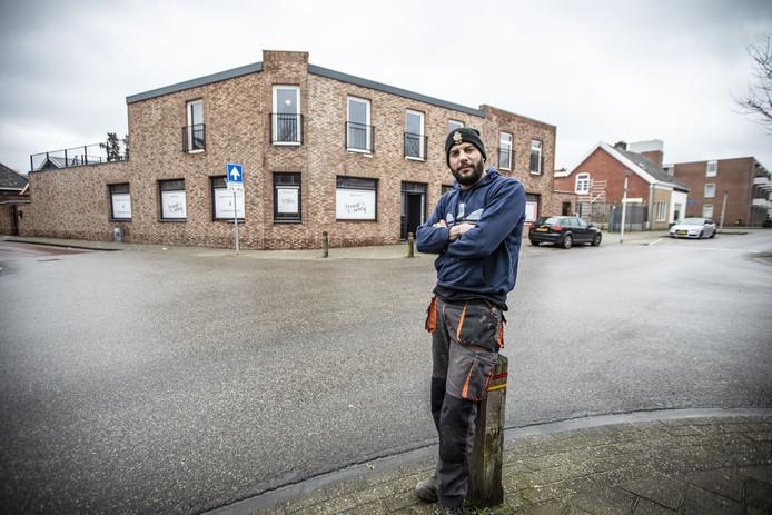 Dennis Ceran heeft het pand op de hoek van de Oostveenweg en Lipperkerkstraat nieuw gebouwd, maar kan voorlopig geen horecazaak beginnen.