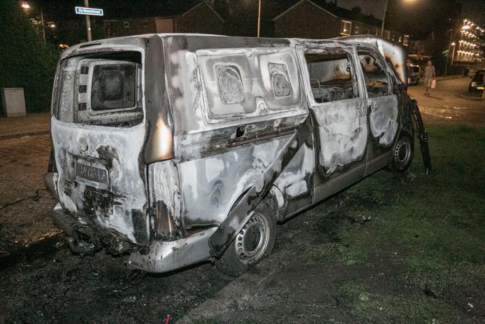 Het busje was door de brandweer niet meer te redden.