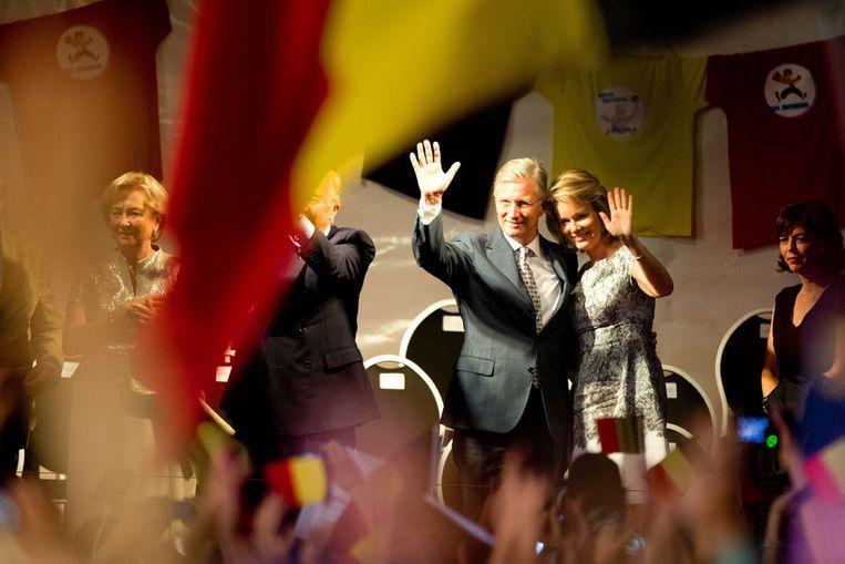Koningin Paola, koning Albert, prins Filip en prinses Mathilde (van links af) tijdens het Bal National op het Vossenplein in Brussel. Beeld anp
