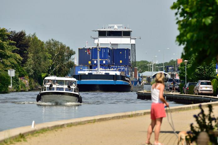 De Gouwe wordt behalve door containerschepen (foto) ook door zand- en andere vrachtschepen bevaren. Lege schepen varen nogal eens hard, stellen buurtbewoners.