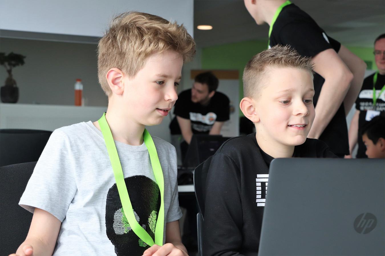 Zelf programmeren: Mees (10) en Justen (10) wagen zich eraan.