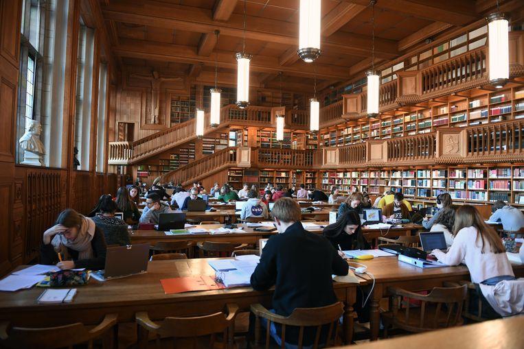 Blokkende studenten in de bibliotheek