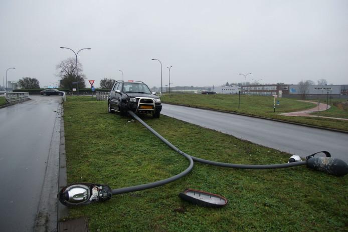 Verbazingwekkend Automobiliste rijdt lantaarnpaal uit de grond in Waalwijk AK-18