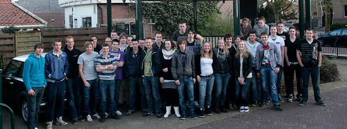 De Belangenvereniging Aarlanderveen liet in 2013 alle woningzoekenden in Aarlanderveen samen op de foto zetten.