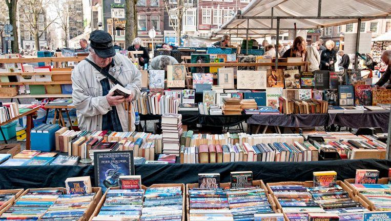 De boekenmarkt op het Spui Beeld Maarten Steenvoort