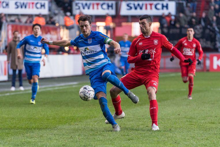 Thomas Lam van PEC Zwolle (links) in duel met Twente-spits Vuckic, maker van het eerste doelpunt. Beeld BSR Agency