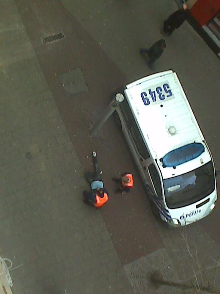 Bewakingscamera's konden vastleggen hoe twee agenten Nik Gils hardhandig aanpakten op straat.