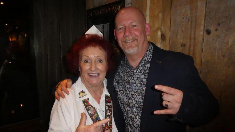 Serveerster Rita Gilligan: 'I served Freddy, John, Elvis, I served everybody.' Met general manager Paul McKerrell. Beeld Hans van der Beek