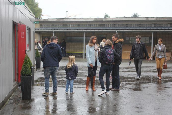 Veel mensen woonden het herdenkingsmoment bij in de klaslokalen van de school.
