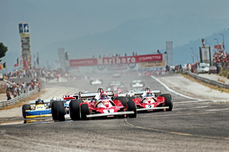 Niki Lauda rijdt voor teamgenoot Clay Regazzoni tijdens de Grand Prix van Frankrijk in 1976.