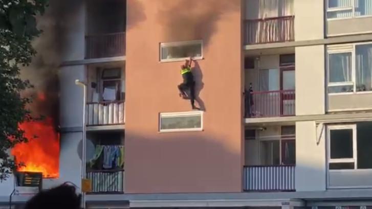 Bijzondere onderscheiding voor wijkagent die via raam uit brandende flat vluchtte