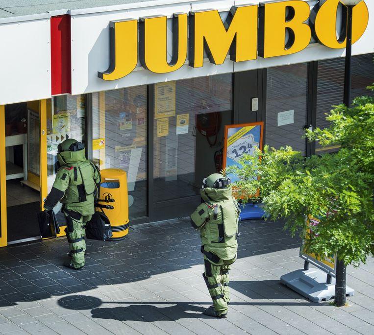 De Explosieven Opruimingsdienst bij een Jumbo-filiaal. Beeld anp