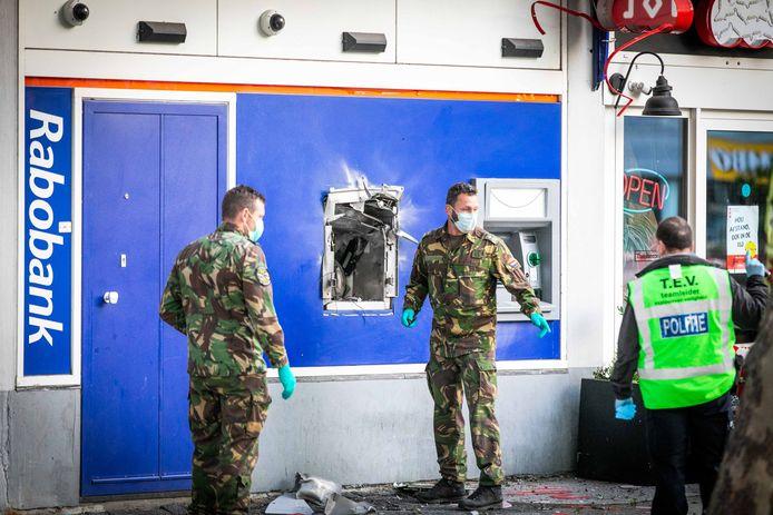 De Explosieven Opruimingsdienst Defensie onderzoekt de geldautomaat aan de Slotermeerlaan.