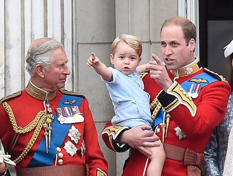 Prins George samen met zijn vader William en grootvader Charles.