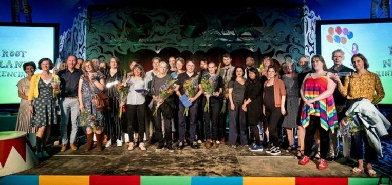 Alle winnaars van de Vlag en Wimpels, Zilveren Griffels en Zilveren Penselen op het podium tijdens de MidzomerKinderboekenBorrel. Beeld ANP