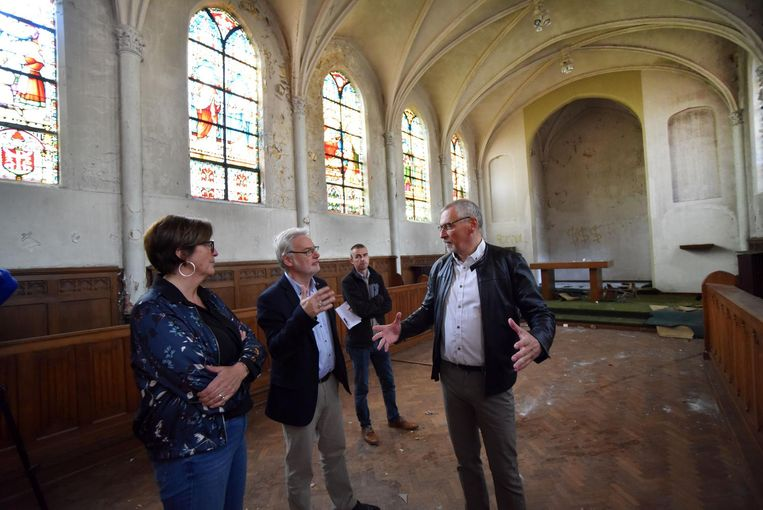 Schepen Ann Hermans, gedeputeerde Peter Bellens en directeur van sociale huisvestingmaatschappij De Noorderkempen Jan Van Hoeymissen in de kapel.