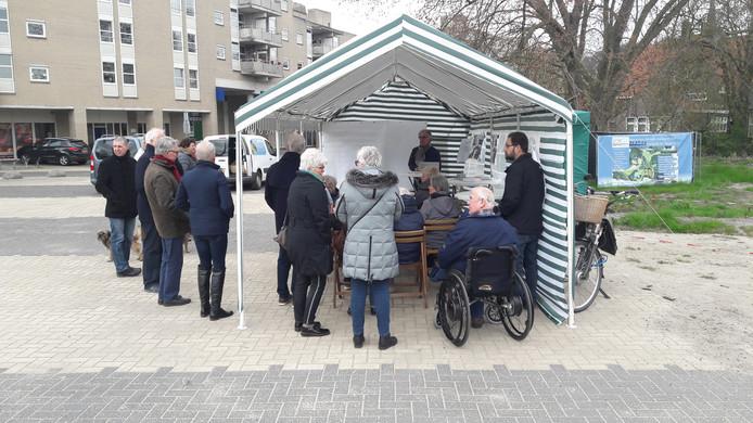 In het Hagenpark werd uitleg gegeven over de ontwikkelingen rond het paviljoen.