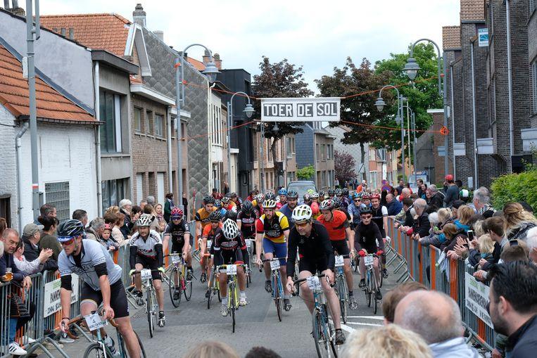 De renners gaan de strijd aan op een oude fiets.