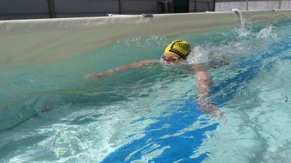 Geen zwembad om baantjes in te trekken? Fervent zwemmer legt eigen 'zwemstraat' aan met staal en zeildoeken