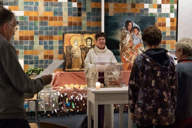 PKN-voorzitter Saskia van Meggelen ging voor in de Bethelkapel toen het duizendste uur van het kerkasiel voor de familie Tamrazyan inging. Beeld Inge van Mill