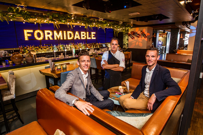 Manager Thomas Brandsma (vlnr), chef-kok Walter de Bruin en assistent-manager Cristian Turo van St. Tropez in Deventer.