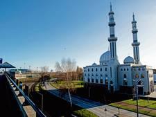 Politie onderzoekt spandoeken met racistische leuzen bij moskee Weesp