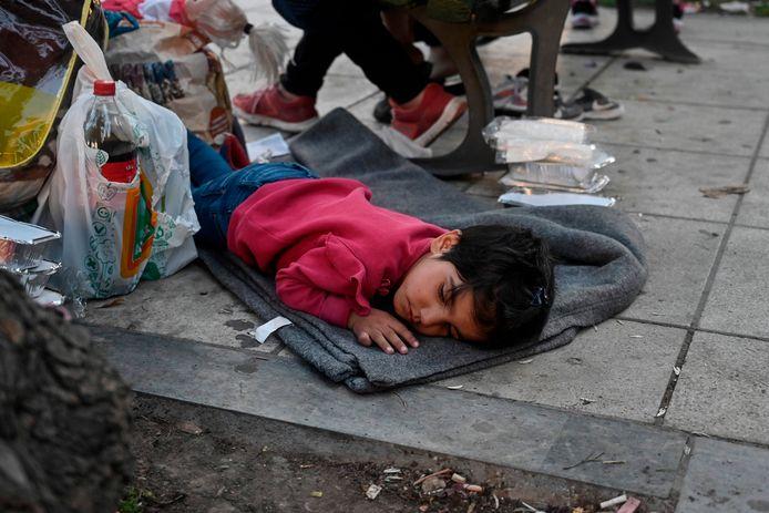 Een Afghaans kind uit kamp Moria op het eiland Lesbos ligt te slapen op een plein in Athene.