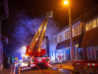 Bewoner raakt gewond bij nachtelijke brand in Schepdaal, woning zelf is onbewoonbaar