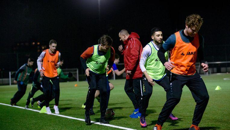 Voetballers trainen bij Sportvoorziening IJburg. Beeld Jean-Pierre Jans