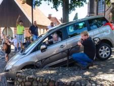 Consternatie in Ootmarsum: automobilist verlaat parkeerplaats via trap