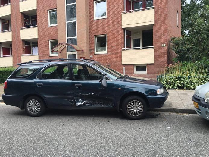 Een van de auto's die beschadigd raakte in de wijk Berghuizen. Foto: News United / Dennis Nengerman