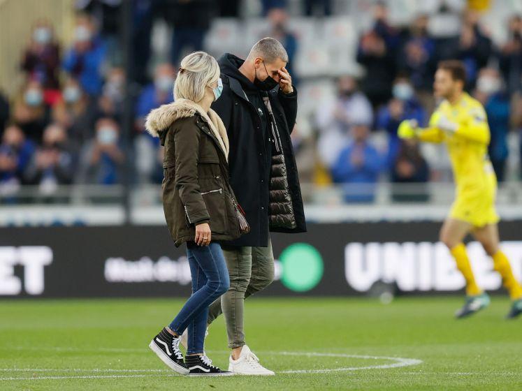 Keeper strijdt voor derde keer tegen leukemie, tranen bij eerbetoon in stadion