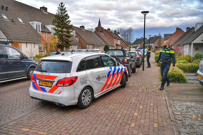 Politie onderzoekt een woningoverval aan de Ten Eiken in Hoogeloon. De twee overvallers vluchtten zonder buit, een werd in de directe omgeving opgepakt.