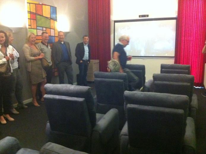 Vertegenwoordigers van de Udense bedrijven die meehielpen aan de realisatie van de bioscoop, bekijken het fraaie eindresultaat.