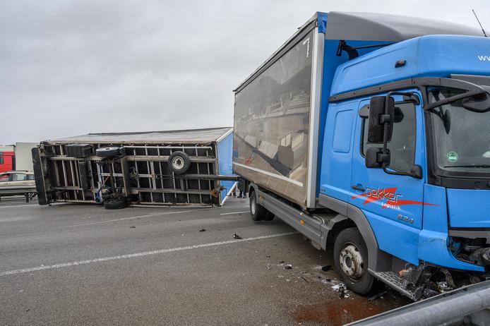 Aanhanger vrachtwagen kantelt en blokkeert Moerdijkbrug volledig