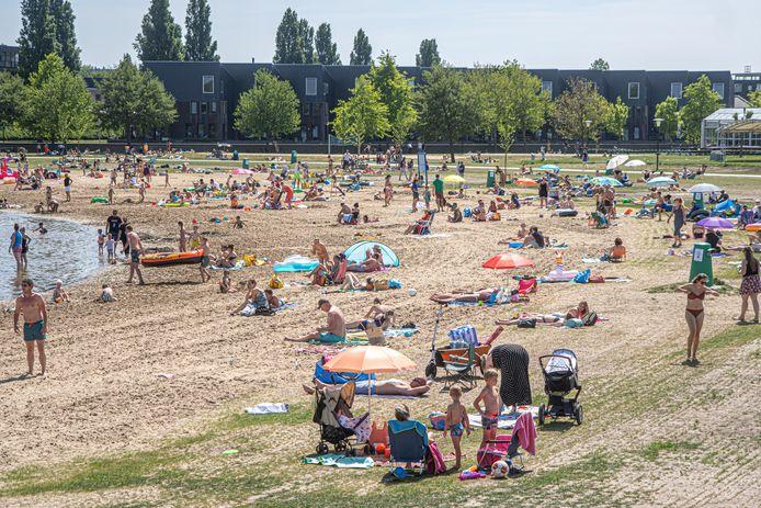 Net als op Hemelvaartsdag (foto, Milligerplas in Zwolle) wordt ook met Pinksteren veel drukte bij onder andere recreatieplassen verwacht. Veiligheidsregio IJsselland heeft besloten dat openbare toiletvoorzieningen bij dit soort plekken weer kunnen worden gebruikt.