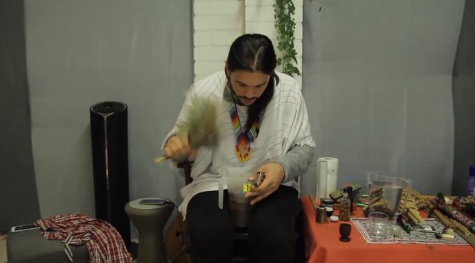 Een sjamaan in Eersel maakt ayahuasca.