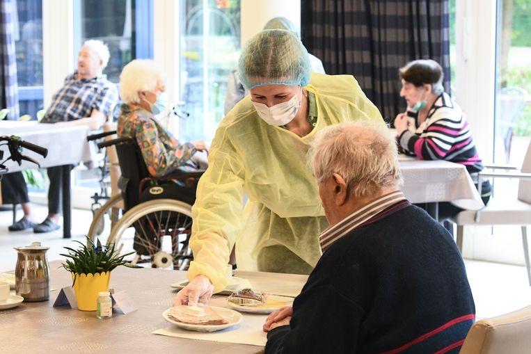 Vrijwilligers van het Rode Kruis springen bij in een woonzorgcentrum in Kapelle-op-den-Bos.