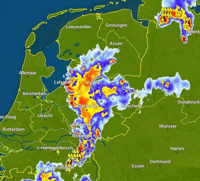Donderwolken boven Oost-Nederland.