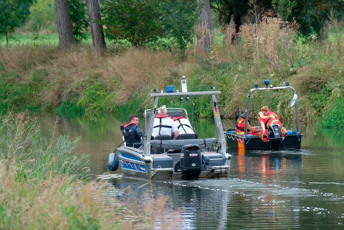 Waterpolitie en leden van de reddingsorganisatie DLRG tijdens de zoekactie op de rivier de Unstrut bij Tröbsdorf, eind augustus.