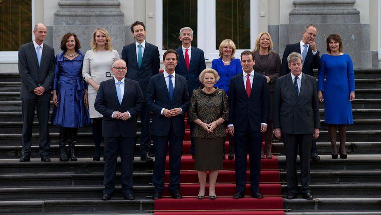 De presentatie van kabinet Rutte-II in 2012. De functie van Frans Timmermans (links vooraan), toenmalige minister van Buitenlandse Zaken wordt nu bekleed door Bert Koenders. De functie van Ivo Opstelten (rechts vooraan), toenmalige minister van Justitie, wordt nu bekleed door Ard van der Steur. En tijdens Rutte II maakte Beatrix ook nog plaats voor Willem-Alexander. Beeld anp