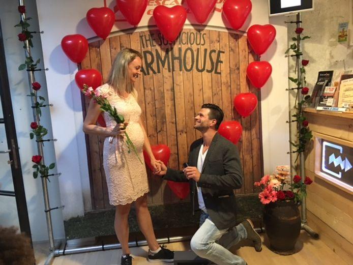 Kevin van Poppel vraagt zijn vriendin ten huwelijk in de escaperoom.