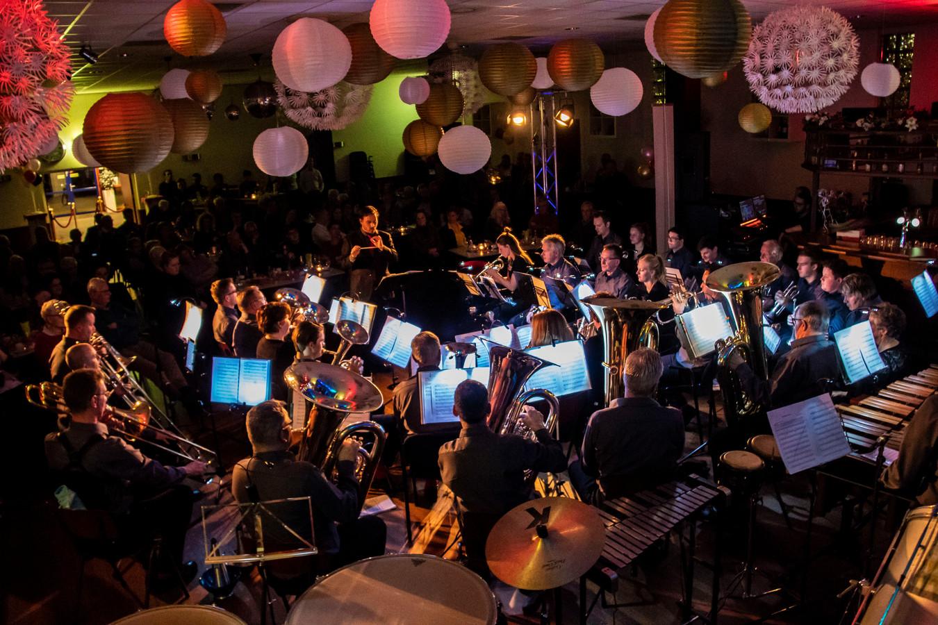 De 100-jarige Brassband Harp en Luit in de huidige bezetting onder leiding van Maarten van der Kolk op het jubileumopeningsconcert op 7 februari in Dorpshuis de Koels in Vuren.