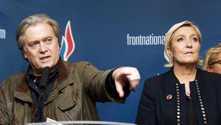 Hoofdgast Steve Bannon, de gewezen adviseur van Trump, spreekt de aanhangers van Marine Le Pen moed in. Beeld afp