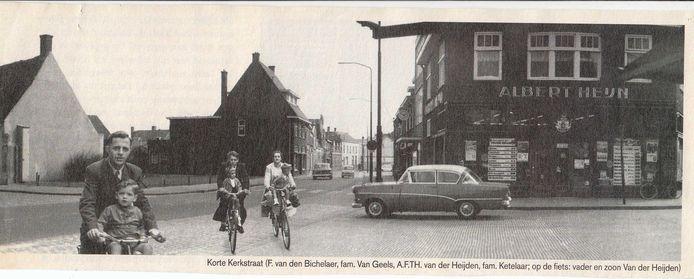 Toon van Gils en zijn vrouw in hun jonge jaren. In de kinderstoeltjes zitten Dio en Frank. Op de voorgrond rijdt de vader van A.F.Th. van der Heijden met A.F.Th. in het fietsstoeltje.