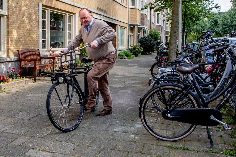 Henk Otten stapt op de fiets in Amsterdam. Beeld Hollandse Hoogte / Robin Utrecht