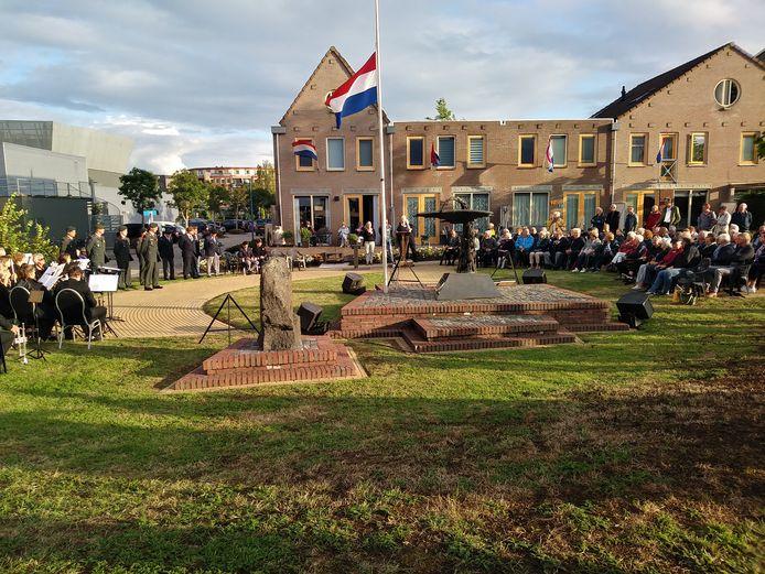 Dit jaar geen bezoekers bij de herdenking, waar onder normale omstandigheden tientallen mensen bij aanwezig zijn.